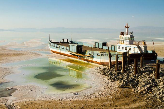 Foto ini diambil oleh seorang bernama Pedram Yadzani saat berkunjung ke Salt Lake. Air yang melimpah kini menjadi semakin berkurang. Dan tidak bisa diakses oleh perahu-perahu disana gengs.