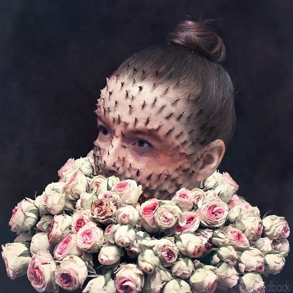 Bunga dan durinya seolah muncul dari dalam tubuh seorang modelnya nih Pulsker.