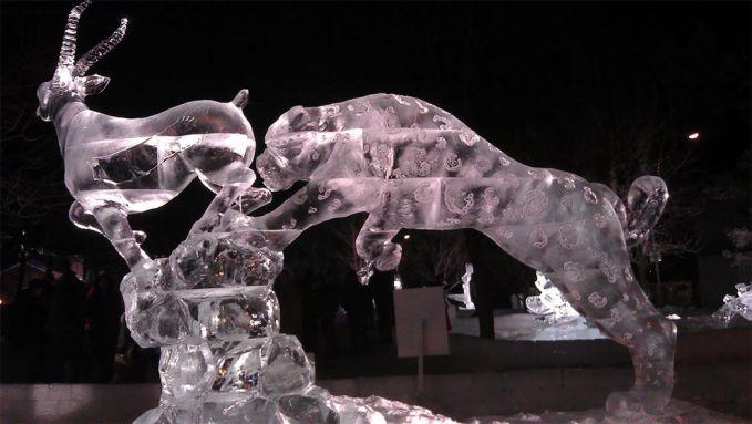 Ada lagi patung seekor macan tutul yang sedang mengincar mangsanya.