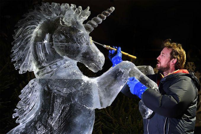 Dengan penuh ketelitan dan kehati-hatian, sang seniman memberikan sentuhan akhir pada karya seni patung bikinannya.