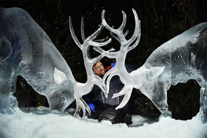 Wah, ternyata gede juga ya bentuk patungnya gengs?. Top banget deh pokoknya patung es buatan sang seniman asal Inggris Darren Jackson ini.