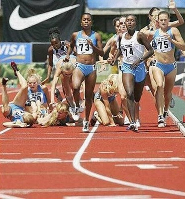 Ada kalanya dalam olahraga lari kita diajarkan untuk egois. Nggak peduli atlet lain jatuh, fokus kita hanyalah gimana caranya buat sampai garis finish duluan.