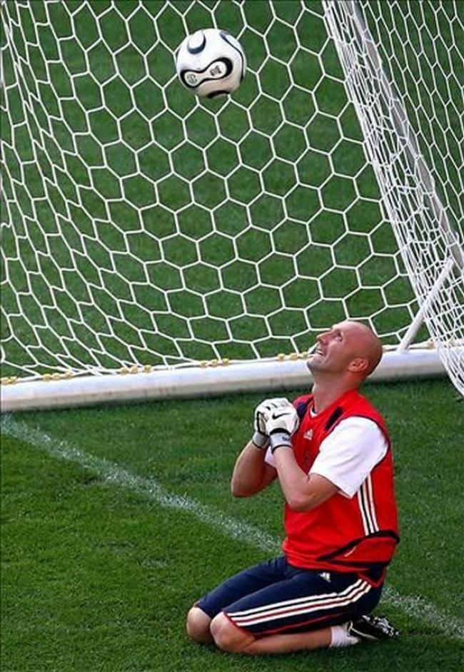Sang kiper berdoa biar bolanya nggak jadi masuk ke gawangnya gengs. Kalau sampai masuk nih, bakalan dipecat kali dia jadi pemain.