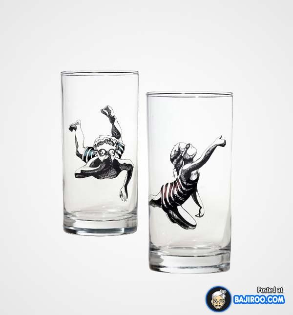 Ada gambar orang yang lagi renang di dalam gelas nih.