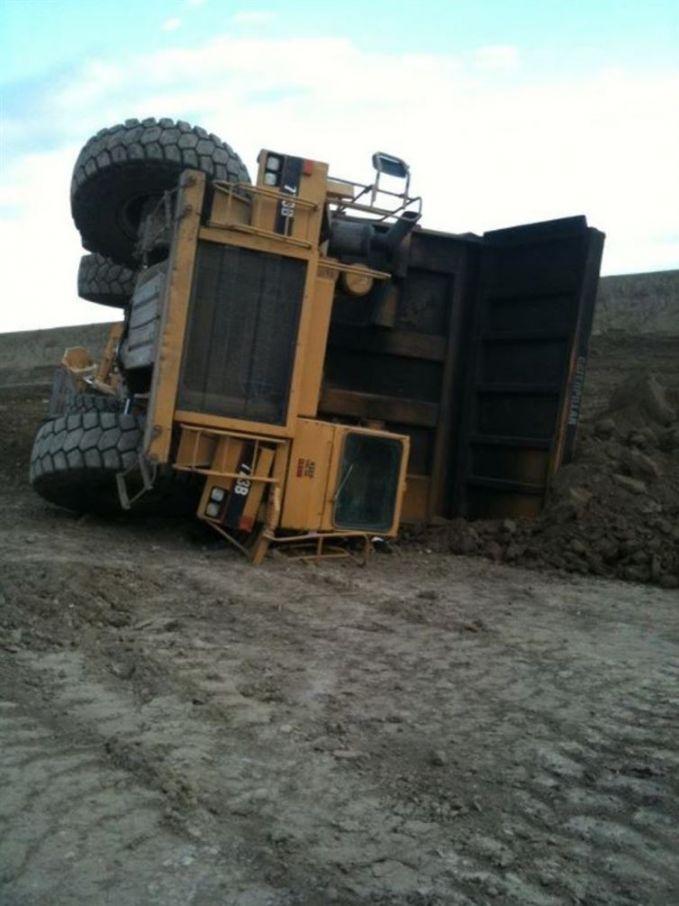 Kalau udah gini, siapa coba yang mau balikin truk monster ini ke posisi awal?.