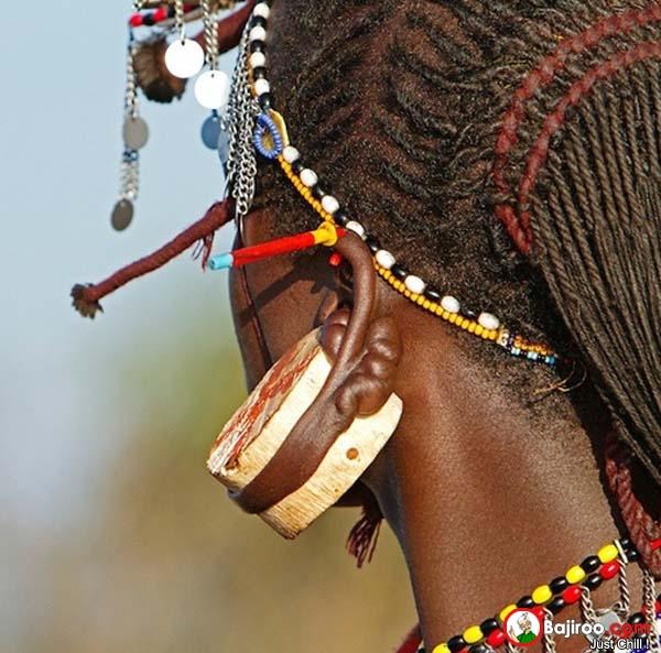 Di suku-suku tertentu, tindik telinga nggak sekedar gaya atau tren fashion Pulsker. Tapi juga bagian dari adat lho. Makanya jangan heran jika suku-suku di benua Afrika ada tindik segede ini. Begitu juga di Indonesia seperti yang dilakukan oleh masyarakat suku Dayak.