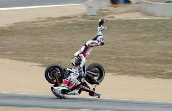 Dari jatuhnya aja bisa dilihat, ini pasti pembalapnya kenceng banget gaes pas geber motornya. Untung aja pakai perlengkapan yang aman.