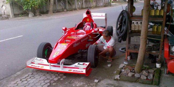 Cuma di Indonesia ada mobil F1 yang ngisi angin di tukang tambal ban pinggir jalan, bukan di paddock.