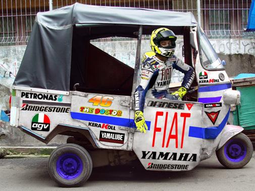 Nah lo, kenapa si Rossi narik bajaj tuh?. Mungkin dia sedang mencari senasi baru gaes.