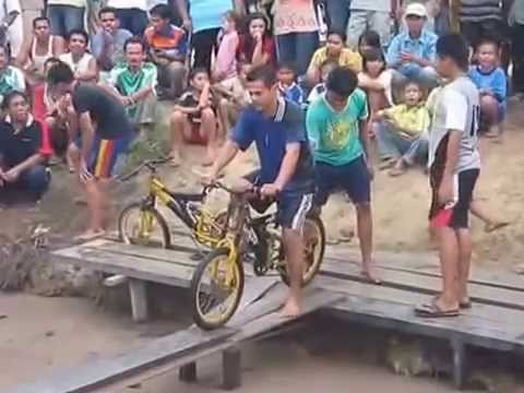 Indonesia memang unik Pulsker, lomba balap sepeda di lintasan sempit diatas sungai saat Agustusan jadi momen yang ditunggu-tunggu. Itu dia gaes momen-momen lucu dan foto editan dalam dunia balapnya. Kalau kalian punya foto lain bisa tambahin deh biar makin rame.