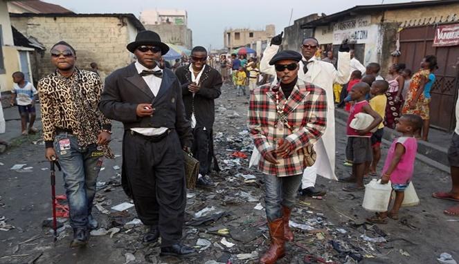 Mereka adalah anak muda yang mencari jati diri ditengah masyarakat perkotaan miskin di Afrika.