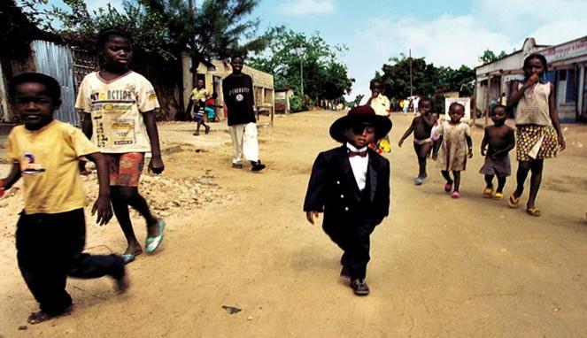 Liat deh, mereka nampak kontras dengan anak-anak lingkungannya yang hanya berpakaian kumal dan kotor.