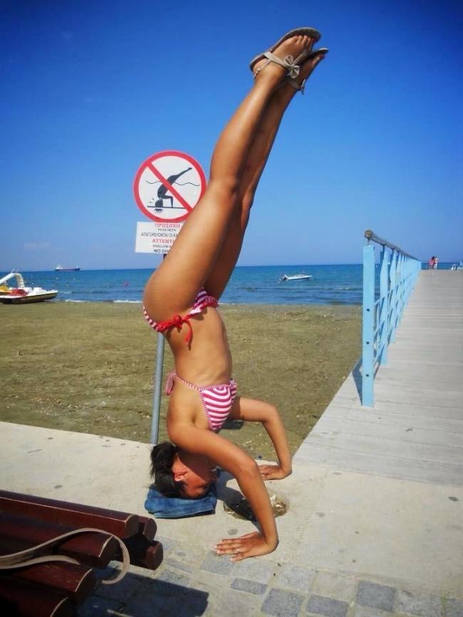 Duh mbak, maksudnya itu dilarang nyebur di laut. Ini kenapa malah kayak gini?. Diliatin banyak orang lho.