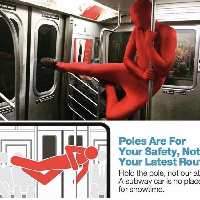 Dibilangin nggak boleh aneh-aneh di transportasi umum, eh dianya malah mempraktekkan gambar larangannya.