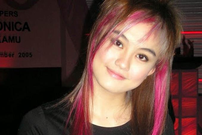 Anak 90-an yang ngehits pasti pernah deh ngikutin gaya rambut Agnes yang satu ini. Ngaku deh!hihihi