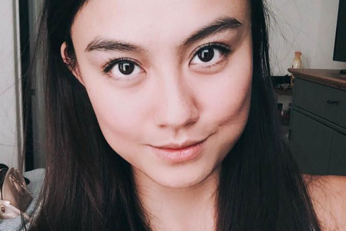 Ini tampilan Agnes yang paling natural, dengan rambut hitam dan nggak neko-neko, membuat wajahnya terlihat seperti anak ABG. Setuju kan?