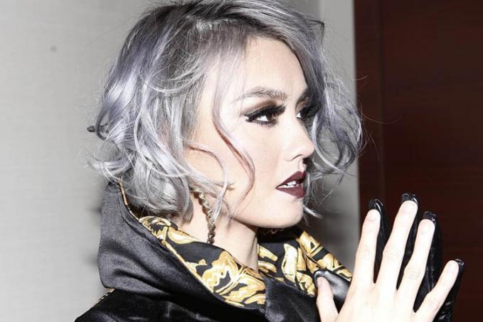 Bukan Agnes namanya kalau terpaku pada satu warna rambut, sebelumnya Agnes juga pernah memakai gaya rambut bob yang dipadukan dengan warna silver. Keren Abiss!!