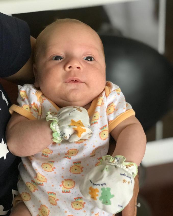 Setuju nggak kalau foto yang ini baby Lucio mirip banget sama Daddynya?