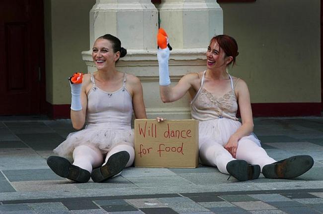 Kedua wanita ini punya cara unik dalam mengamen gaes. Mereka membawa kertas yang bertuliskan jika mereka bersedia menari demi makan untuk menyambung hidup.