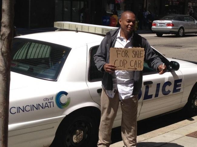 Nyari cara halal sih boleh aja ya, tapi jangan jual mobil polisi kayak gini dong pak.