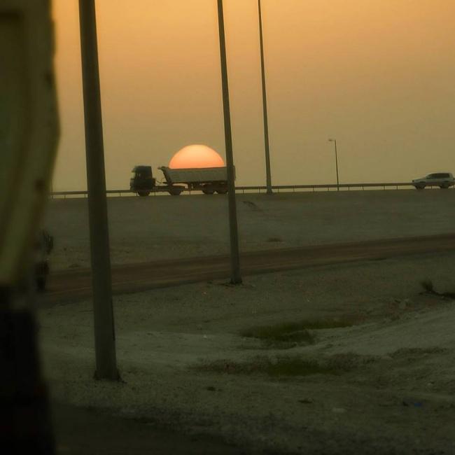 Saat truk biasa mengangkut muatan matahari.
