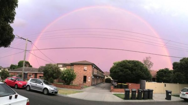 Pemandangan dome yang indah berwarna ungu ini diambil di Melbourne, Australia.