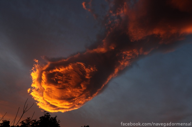Tangan Tuhan? Tenang, ini hanya foto awan yang menyatu dengan senja.