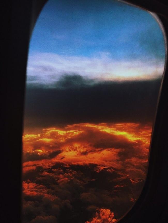Foto matahari terbenam yang diambil dari atas pesawat ini seperti menyerupai neraka.