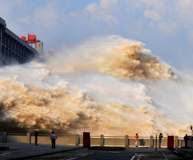 Dam di China yang nyaris seperti tsunami.