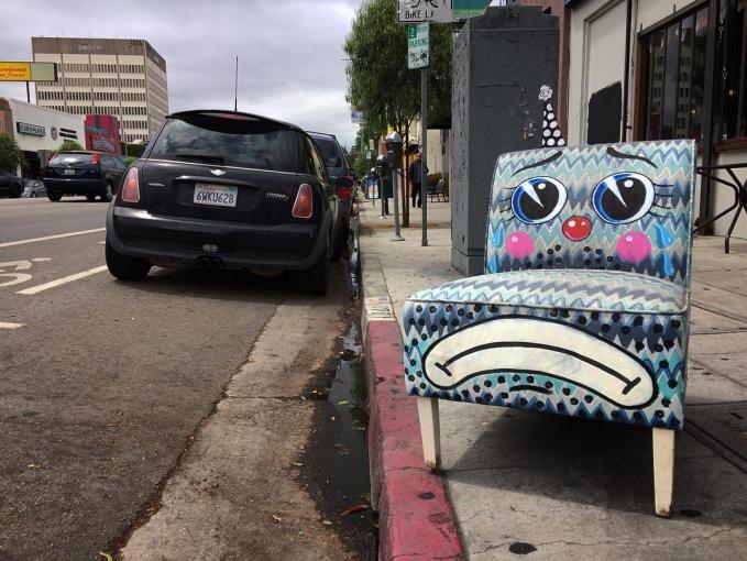 Terlalu lama diterlantarin sama pemiliknya di pinggir jalan, si kursi mulai merasa kesepian tuh.