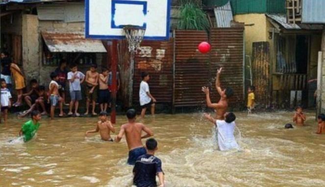 Main basket saat banjir. Bukan hanya bikin sehat aja, tapi juga menantang saat berlarian di air banjir.