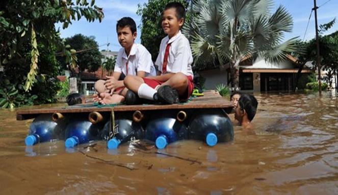 Kapan lagi kita bisa berangkat sekolah dengan cara ini kalau nggak pas lagi banjir?!