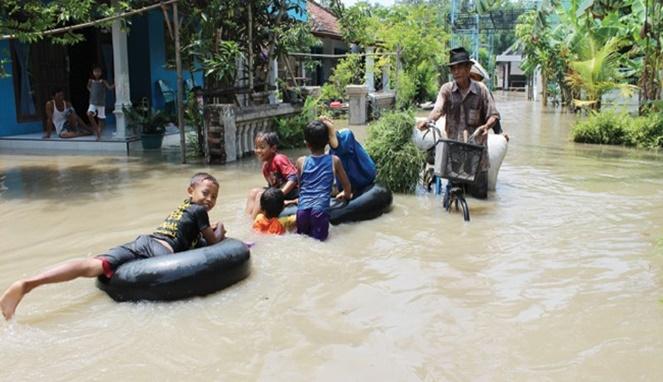 Yang paling bahagia saat banjir adalah anak-anak. Bener nggak?