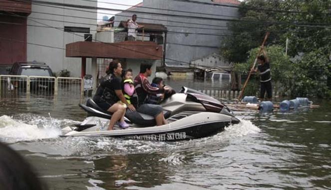 Mevvahh banget kan naik jetski saat banjir tiba.