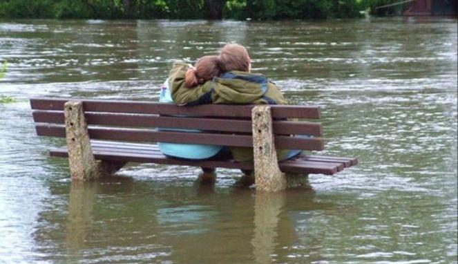 Cinta emang tidak memandang keadaan, dalam keadaan banjirpun juga masih bisa pacaran.