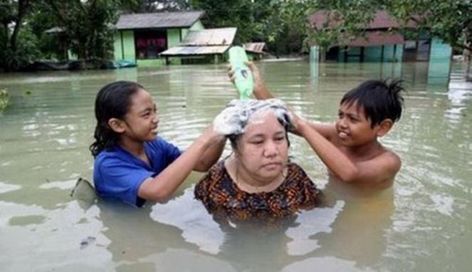 Waallaahh..nggak gatel kepalanya buk keramas pakai air banjir??