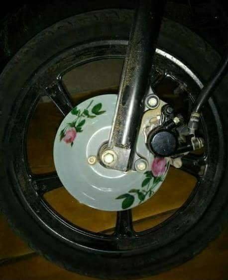 Pakai piring makan sebagai pengganti piringan cakram motor biar makin greget nih.