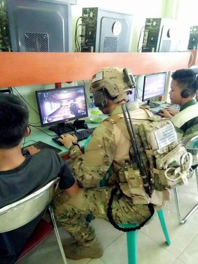 Salut deh buat gamers satu ini gaes, penuh totalitas banget pakai kostum ala militer pas lagi di warnet.