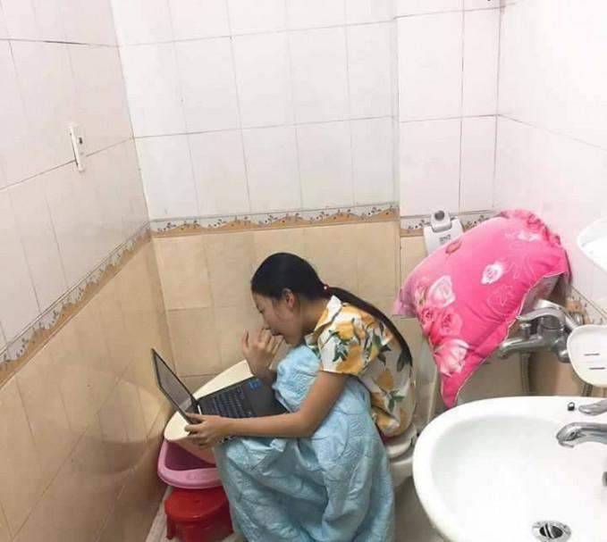 Padahal lagi di toilet, si mbaknya nggak mau ketinggalan sama promo-promo di toko online sob.