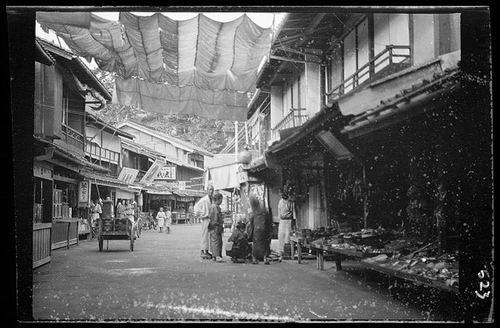 Begini pasar di Jepang jaman dulu Pulsker. Masih belum terlalu ramai seperti sekarang ya.