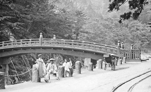 Jembatannya khas Jepang banget ya Pulsker?. Makin klop dengan suasana tradisional masyarakatnya.
