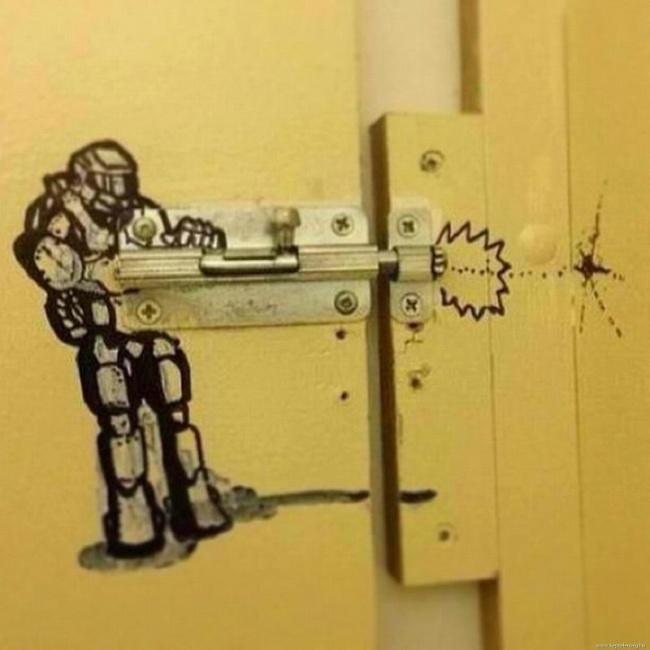 Ditangan orang kreatif selot pintu atau grendel jadi gambar robot keren begini.