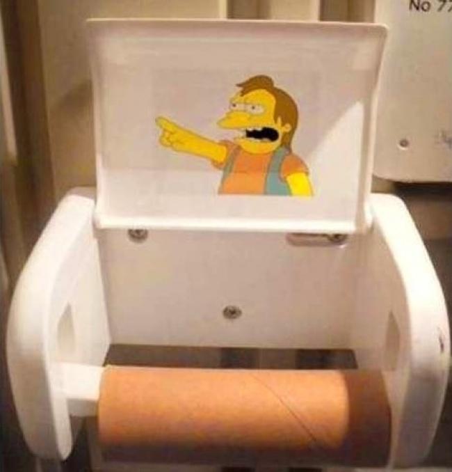 Tisu toiletnya lagi habis, suruh pindag ke tempat lain tuh.