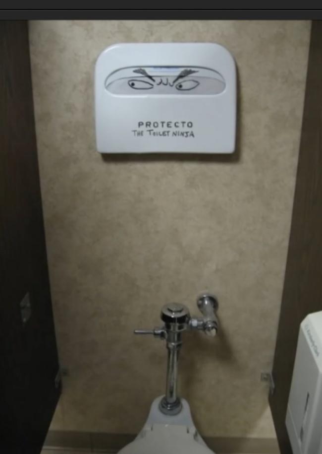 Ups, hati-hati ya gengs kalau ke toilet. Karena ada ninja yang bakalan ngawasin gerak-gerik kalian disana.