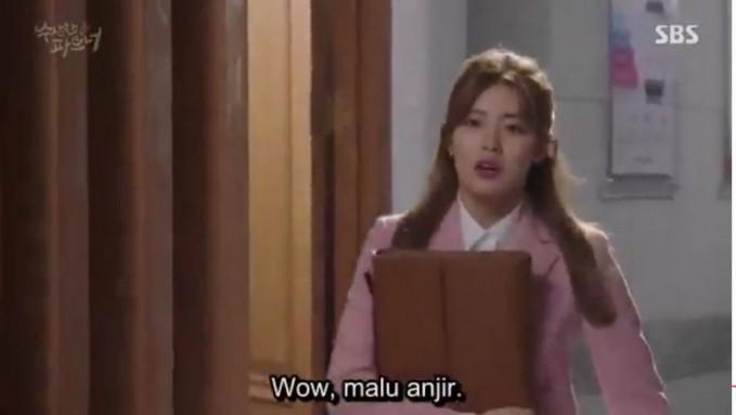 Si mbaknya lagi malu-malu kucing nih gaes. Wah, ada-ada aja ya Pulsker terjemahan film Koreanya.