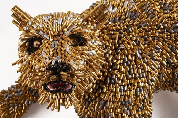 Ini bukan patung Cisewu, bukan sob. Tapi ini adalah patung macan yang terbuat dari selongsongan peluru.