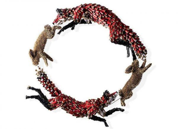 Replika seekor rubah yang sedang memburu kelinci.