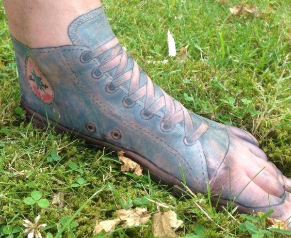 Sepintas mirip coretan dari spidol, tapi ini sebenarnya adalah tato.