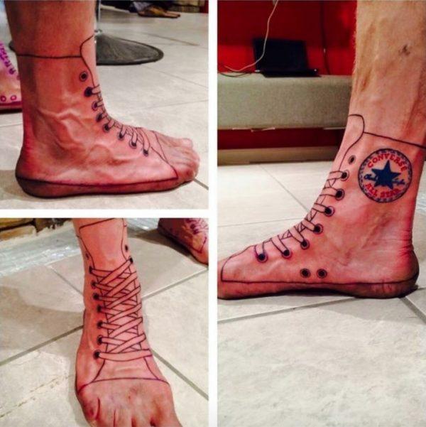 Hmm, ngilu juga ngeliat tatonya. Gambar tali sepatunya seolah masuk kedalam kulitnya.