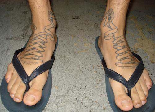 Nah lo, ini sepatu apa sandal ya?.